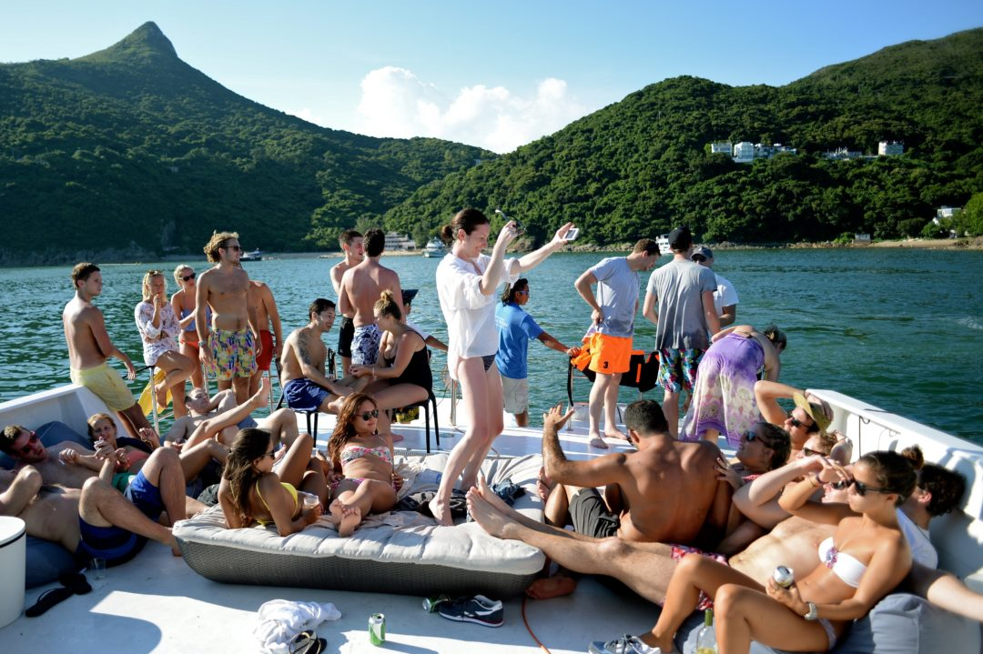 ONE MINUTE GUIDE TO JUNK BOAT PARTIES [CHECKLIST OF 11 ESSENTIAL TIPS]